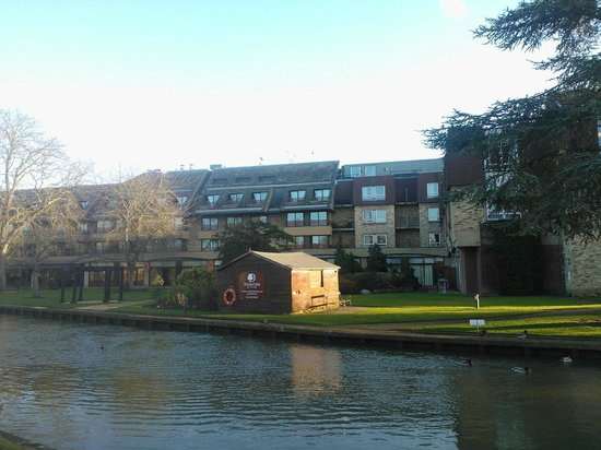 Doubletree by Hilton Cambridge City Centre: View from the other side of the river towards the hotel
