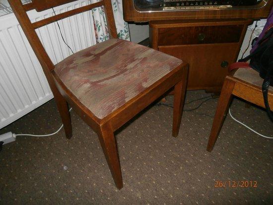 Rezydencja Bialy Jar: brudne, wysiedziane krzesła
