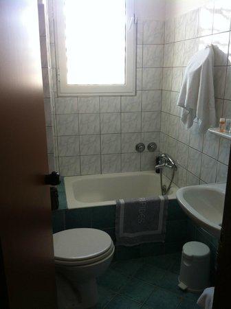 Evripides Hotel: salle de bain