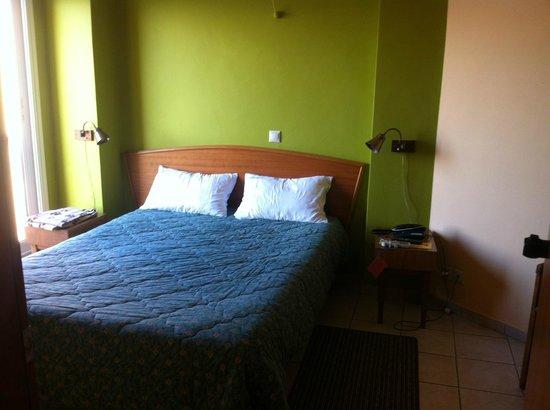 Evripides Hotel: lit vue del'entrée