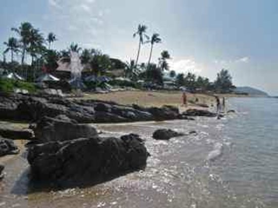 Rawi Warin Resort & Spa: Rocky beach in front of the resort