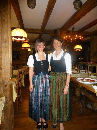 Romantik Hotel Jolanda Sport: Staff in the Dining Room