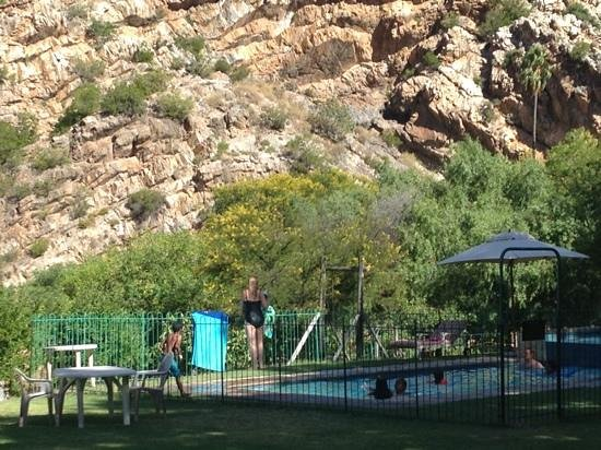 Rainbow Glen Self-Catering Guest Cottages: Fun at the pool