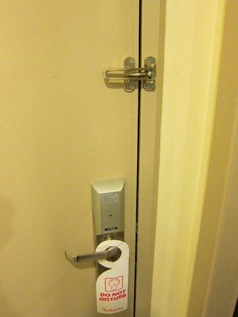Baguss City Hotel: ドアロックの内側です。