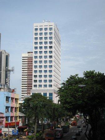 Baguss City Hotel: JBシティスクエアの裏口を出た歩道橋からの外観です。