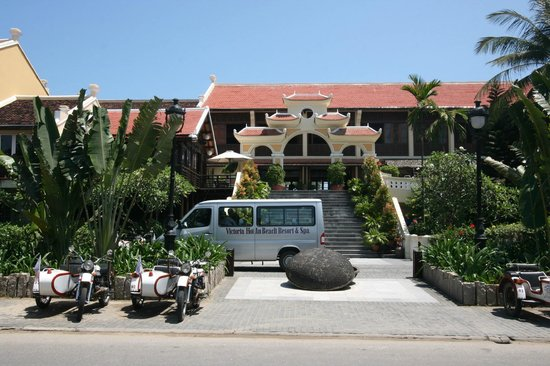 Victoria Hoi An Beach Resort & Spa: Front from the road