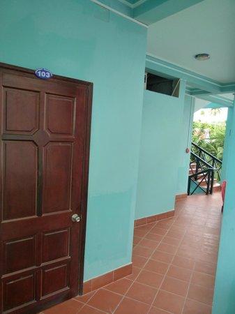 Tien Phat Beach Resort: Коридор отеля с номерами