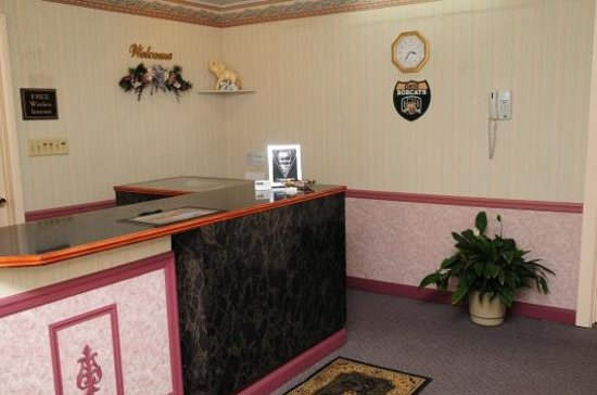 Hometown Inn: Reception/Check-in Area and Lobby