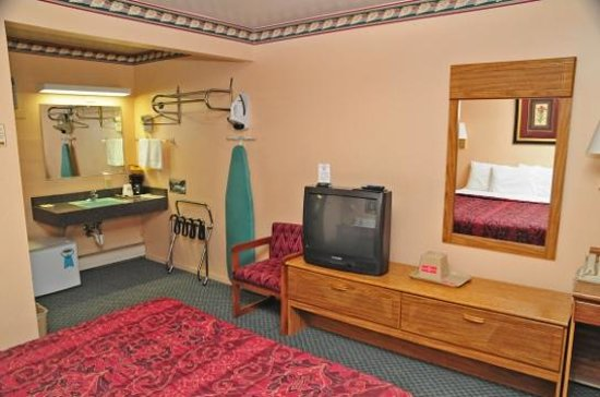 Hometown Inn: Guest Room with Amenities