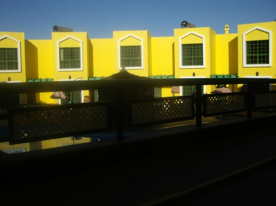 Caleta Playa Apartments: Brightly coloured decor