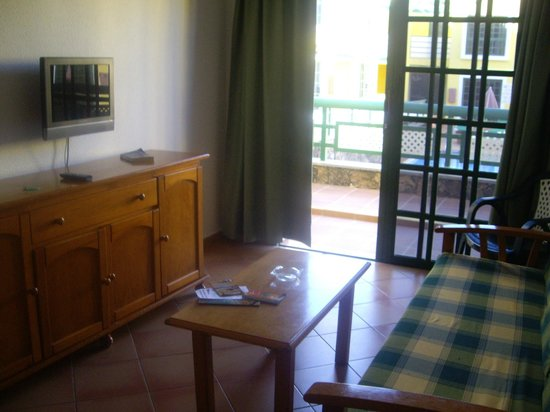 Caleta Playa Apartments: Living room with patio door