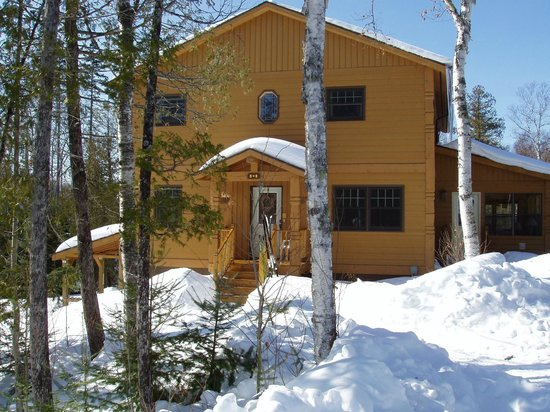 Poplar Creek Guesthouse B&B and Lake Cabin: B&B front entry in winter