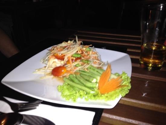 ใจดี รีสอร์ท: the best spicy green papaya salad!!