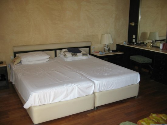 Corfu Holiday Palace: Nice big bed!