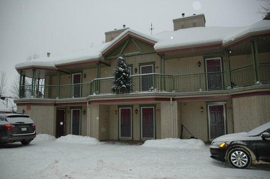 Auberge La Porte Rouge: Pavillon de 8 chambres supérieures donnant sur le lac Mercier