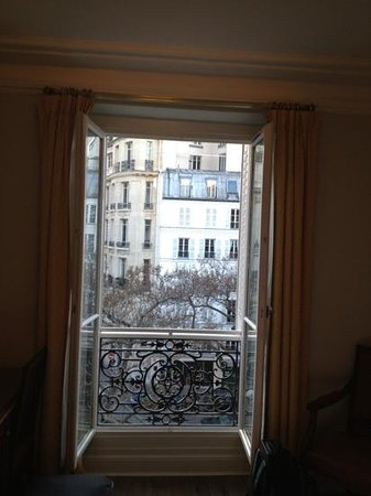 Hotel Regence Etoile: View out our window. Room 402