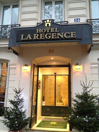 Hotel Regence Etoile: Street Entrance