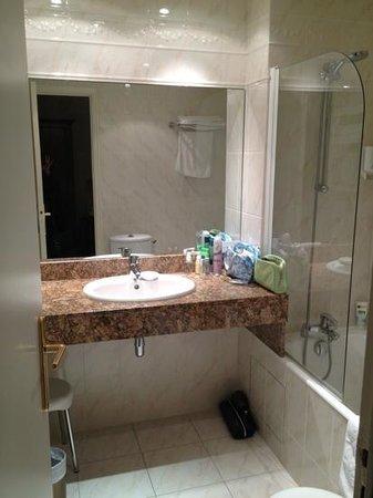 Hotel Régence Etoile: Adequately sized bathroom