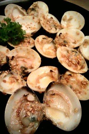 Kiku-Zakura Japanese Restaurant: Garlic butter clams.. Yummy!