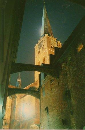Sankt Jakobi Kirche: Gesehen aus einer der vom Hafen heraufführenden Straßen ...