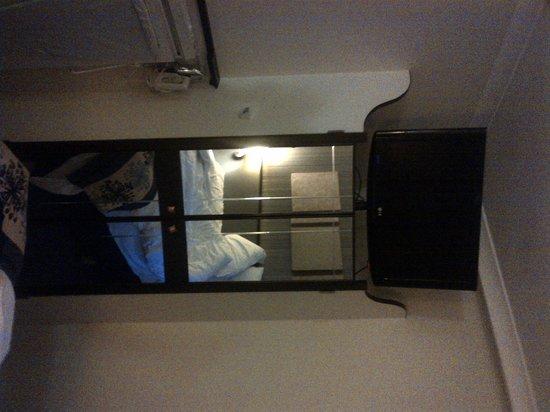 Holiday Inn Glasgow City Centre Theatreland: TV on top of the wardrobe - odd design