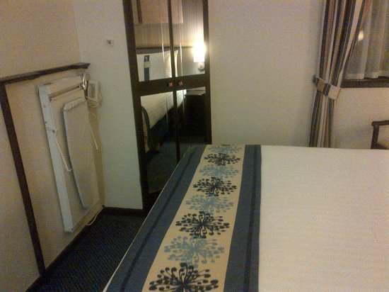 Holiday Inn Glasgow City Centre Theatreland: Trouser Press - who uses them?