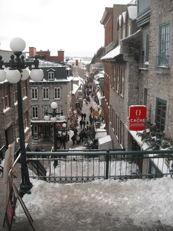 Le Champlain Hotel: Rue Petit Chamlain from the top of the stairs.