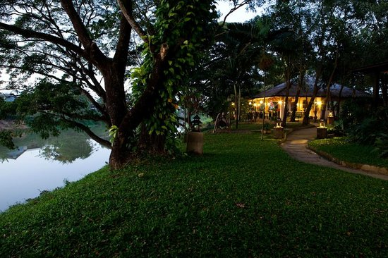 Baan Nam Ping Riverside Village: Riverside and dining bungalow