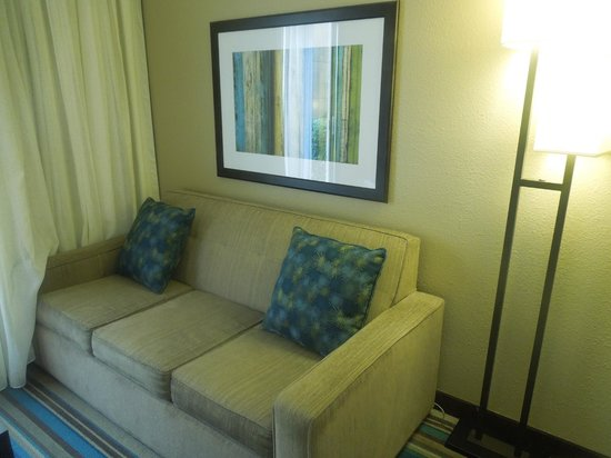 Courtyard Wilmington/Wrightsville Beach: Sitting area in King room