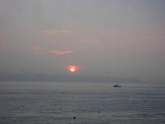 オズマンハン ホテル, ホテルから歩6分で眺められるマルマラ海の日の出