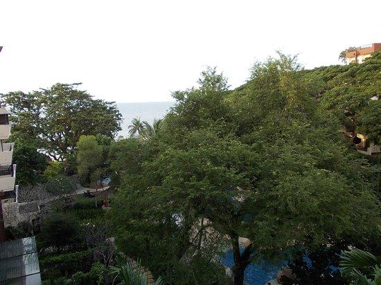 Shangri-La's Rasa Sayang Resort & Spa: 大きな木々に囲まれたホテル!
