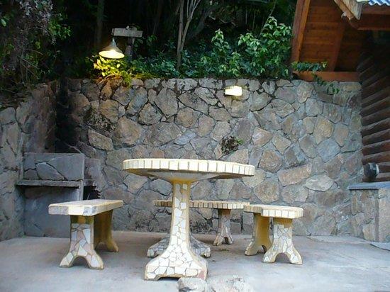 Cabanas Aba Salomon: entrada de la cabaña y vista de la mesa de jardin y la parrilla