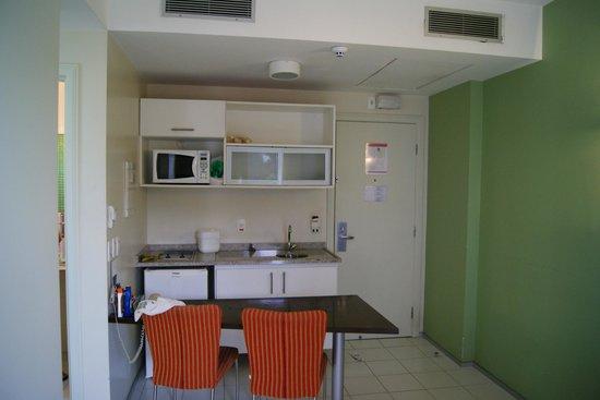 Hotel Mercure Manaus: Cozinha do apto - integrada com sala - I