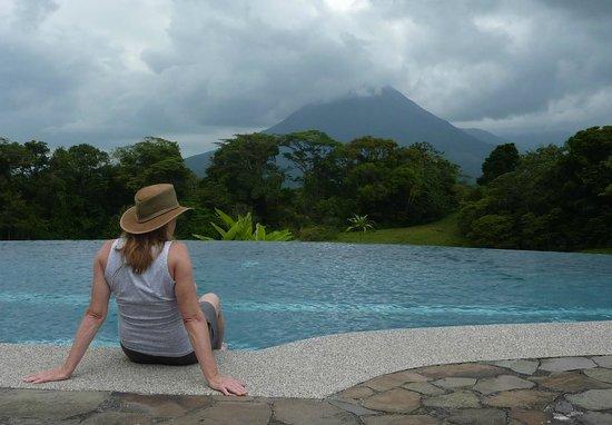 Arenal Lodge: infinity pool facing volcano