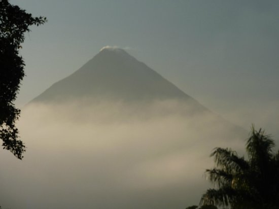 Arenal Lodge: Arenal volcano early morning mist