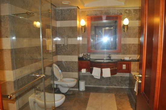 Sheraton Pretoria Hotel: my bathroom, i could live in it.