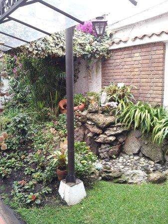 Hotel La Mansion: Gruta de la Virgen en el Jardin