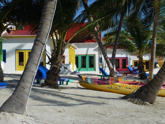 Tranquility Bay Resort: View along beach of Cabana's