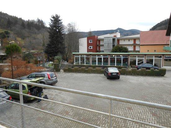 Hotel-Restaurant Le Faude: Vue sur la montagne et salle de sport depuis notre balcon