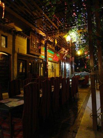 Al-Sahaby Lane Restaurant: Ambiance at night