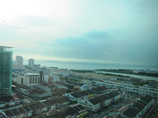 Hatten Hotel Melaka: 部屋からの長めです。右側がマラッカ海峡です。
