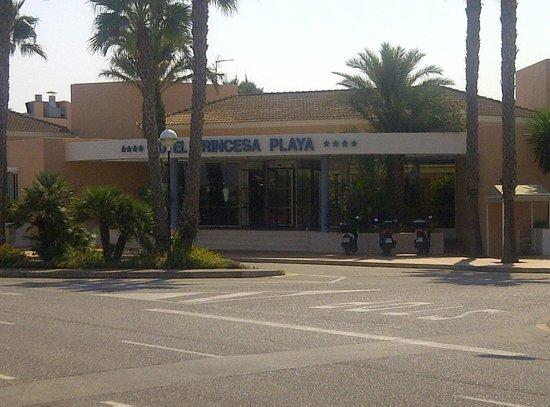 Hotel Apartamentos Princesa Playa: Hotel from the front