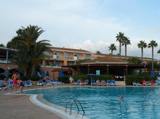 Hotel Apartamentos Princesa Playa: Looking up towards our rooms