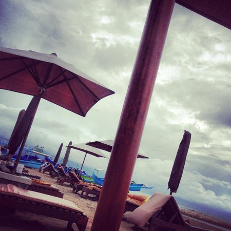 Hotel Santika Premiere Beach Resort Bali: Nice beach complete with its umbrellas...