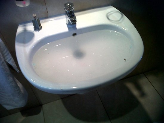 Villa Simona: CLOGGED SINK