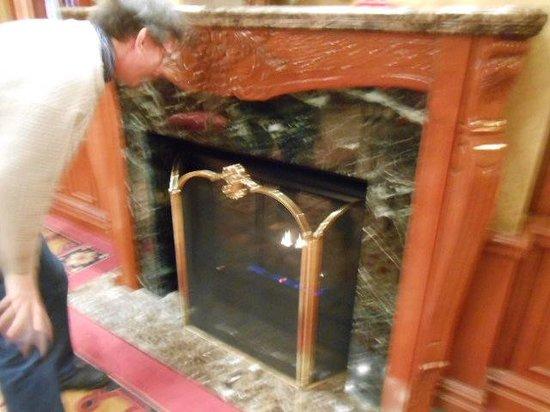 The Milburn Hotel: ロビーに隣接している読書室、暖炉がありました。