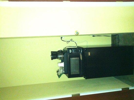 Comfort Suites Lake Ray Hubbard: Micro/ fridge and coffee pot