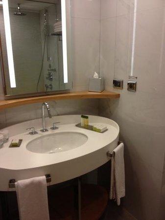 DoubleTree by Hilton Istanbul - Moda: bathroom