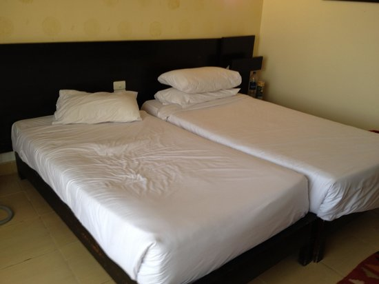 Sea Sun Hotel Dahab: Beds are not even same size - not like the pics on the hotel web...