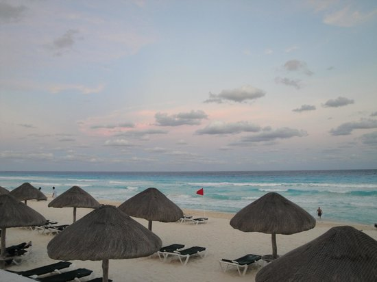 Marriott Cancun Resort: view of beach